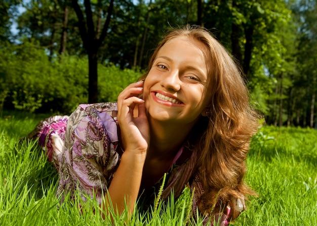 Jeune femme au repos dans le parc