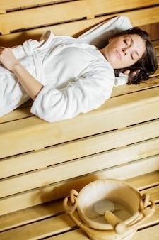 Jeune femme au sauna