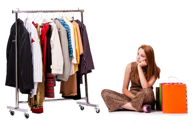 Jeune femme au shopping concept sur blanc