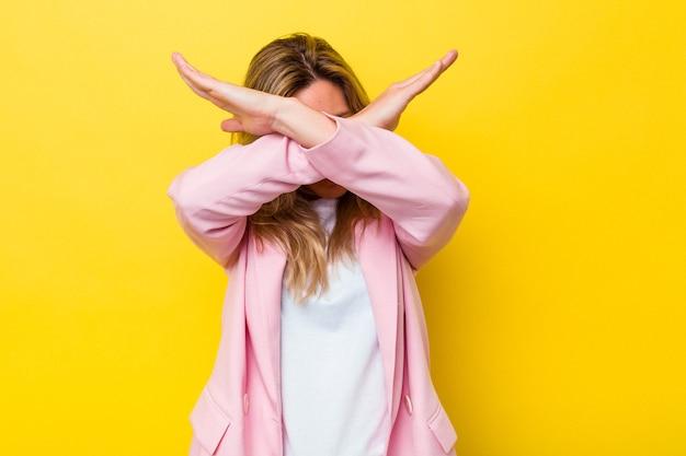 Jeune femme australienne isolée en gardant les deux bras croisés, concept de déni.