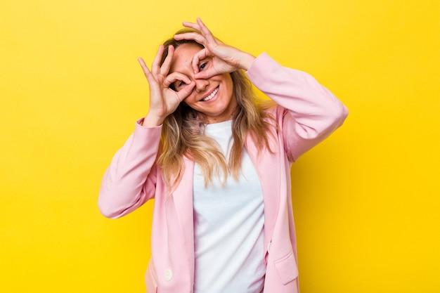 Jeune femme australienne isolée montrant un signe d'accord sur les yeux