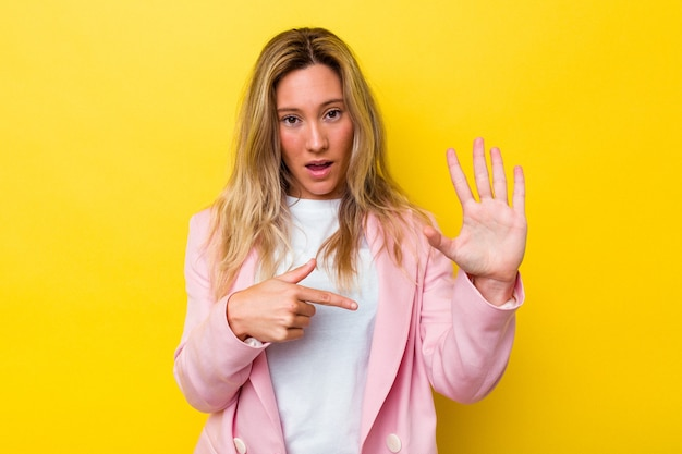 Jeune femme australienne isolée souriante joyeuse montrant le numéro cinq avec les doigts.