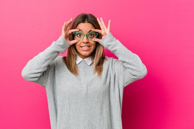 Jeune femme authentique, de vraies personnes charismatiques, gardant les yeux ouverts pour trouver une occasion de réussir.