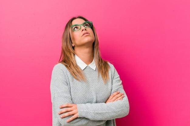 Jeune femme authentique de vrais gens charismatiques contre un mur fatigué d'une tâche répétitive.