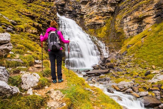 Jeune femme en automne dans le parc national d'ordesa et monte perdido, espagne