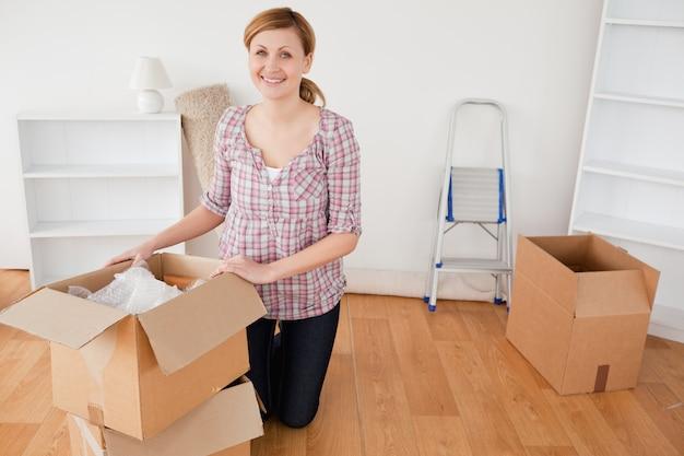 Jeune femme aux cheveux blonds se préparant à déménager