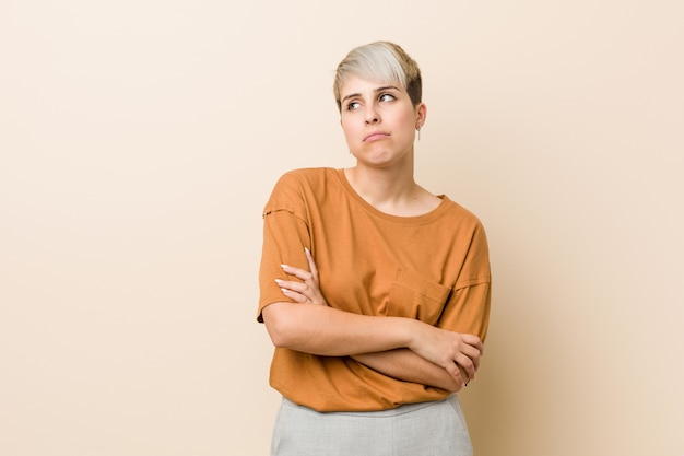 Jeune femme aux cheveux courts fatiguée d'une tâche répétitive.