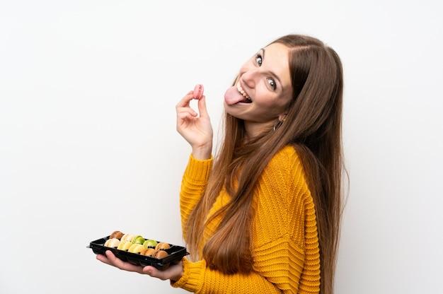 Jeune femme aux cheveux longs avec des macarons