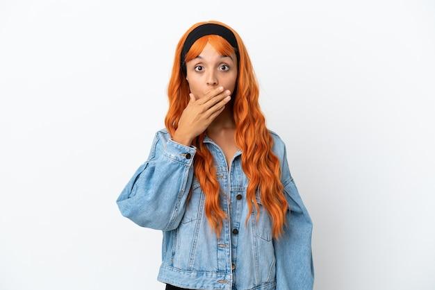 Jeune femme aux cheveux orange isolé sur fond blanc couvrant la bouche avec la main
