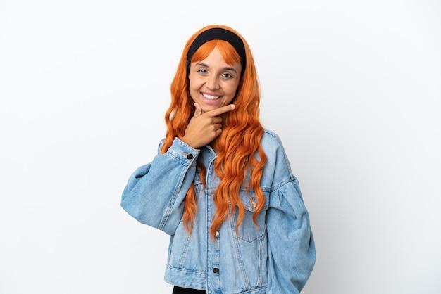 Jeune femme aux cheveux orange isolé sur fond blanc heureux et souriant