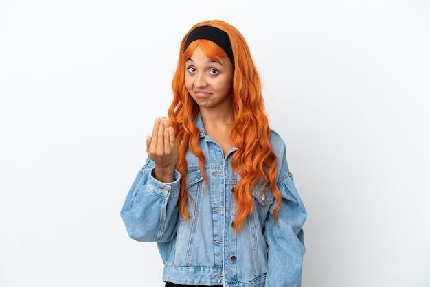 Jeune femme aux cheveux orange isolé sur fond blanc invitant à venir avec la main. heureux que tu sois venu