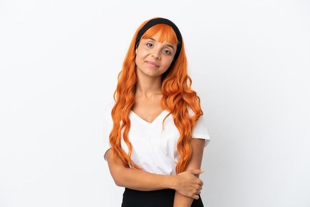Jeune femme aux cheveux orange isolé sur fond blanc en riant