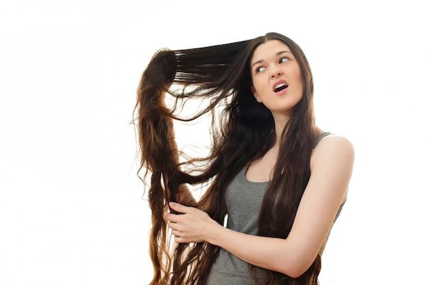 Jeune femme aux cheveux problème. sur blanc isolé