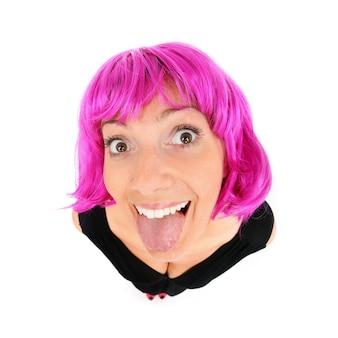 Une jeune femme aux cheveux violets montrant sa langue sur fond blanc