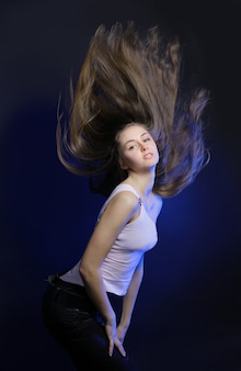 Jeune femme aux cheveux volant en mouvement