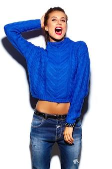 Jeune femme aux lèvres rouges portant un pull bleu