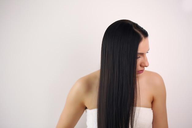 Jeune femme aux longs cheveux noirs
