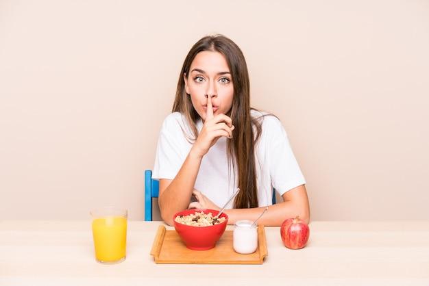 Jeune femme, avoir, a, petit déjeuner, garder secret, ou, demander silence