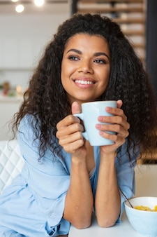 Jeune femme, avoir une tasse de café