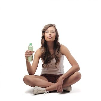 Jeune femme ayant une bouteille d'eau