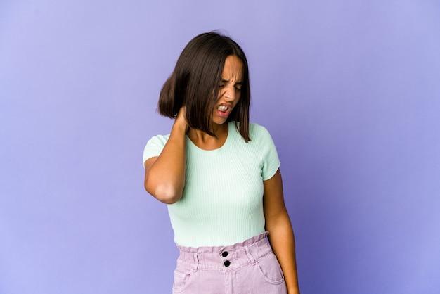Jeune femme ayant une douleur au cou due au stress, masser et toucher avec la main