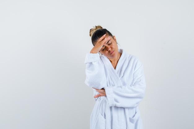Jeune femme ayant un mal de tête