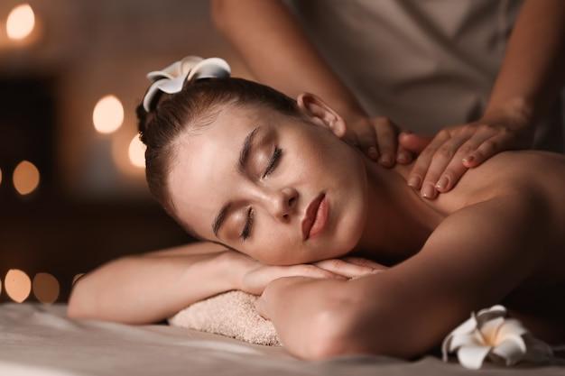 Jeune femme ayant un massage dans un salon spa