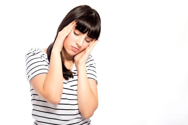 Jeune femme ayant des maux de tête