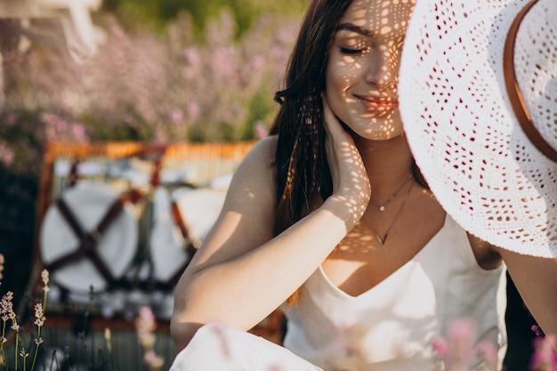 Jeune femme ayant pique-nique dans un champ de lavande