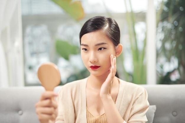 Jeune femme ayant des problèmes de peau
