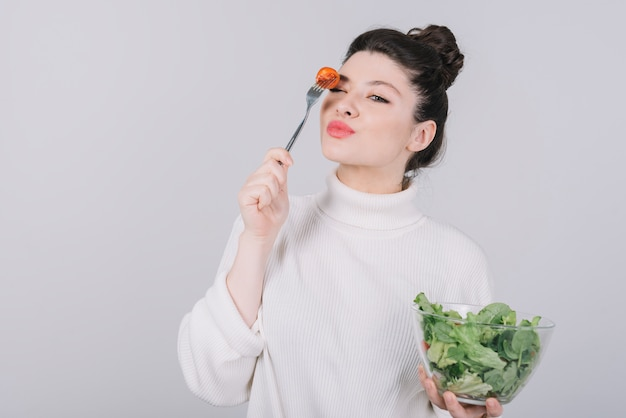 Jeune femme ayant un repas sain