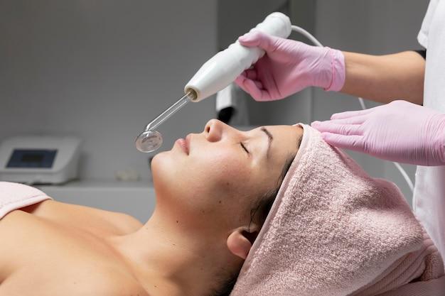 Jeune femme ayant un soin du visage au salon de beauté