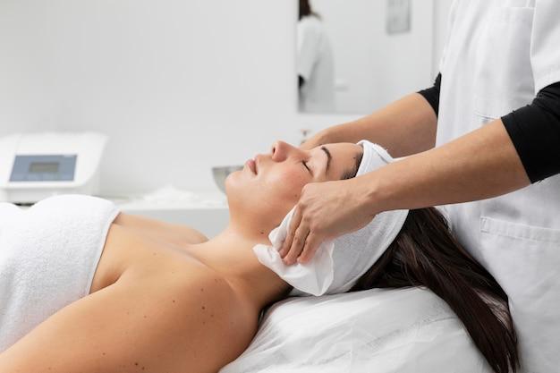 Jeune femme ayant un traitement dans un salon de beauté
