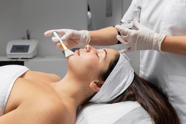 Jeune femme ayant un traitement de soin du visage