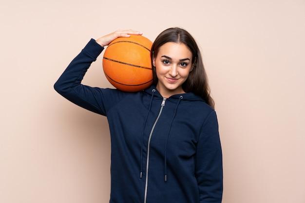Jeune femme avec ballon de basket