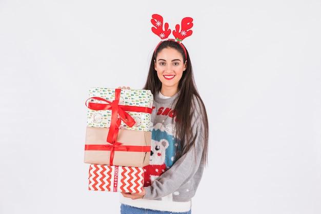 Jeune femme avec bandeau en bois de cerf et boîtes à cadeaux