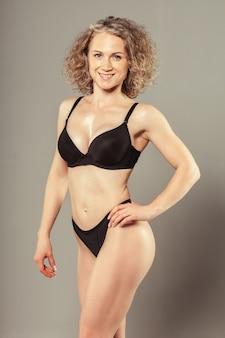 Jeune femme avec un beau corps parfait mince en bikini