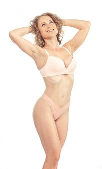 Jeune femme avec beau corps parfait slim en bikini