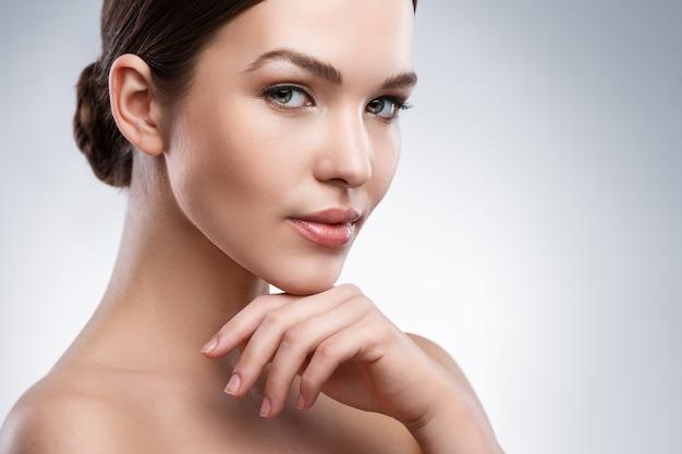 Jeune femme avec beau visage
