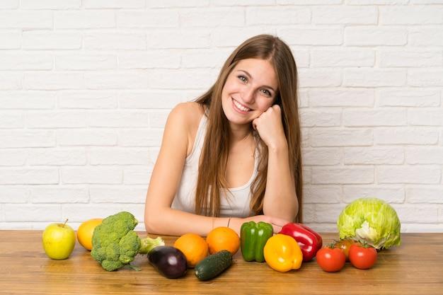 Jeune femme avec beaucoup de legumes