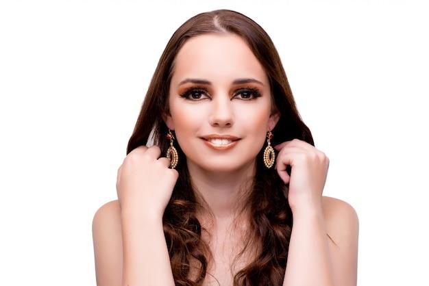 Jeune femme en beauté sur blanc isolé