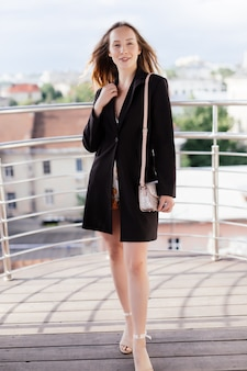 Jeune femme de beauté de détente sur le balcon du café le jour d'été