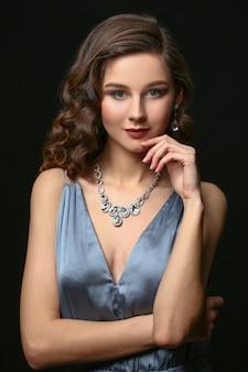 Jeune femme avec de beaux bijoux