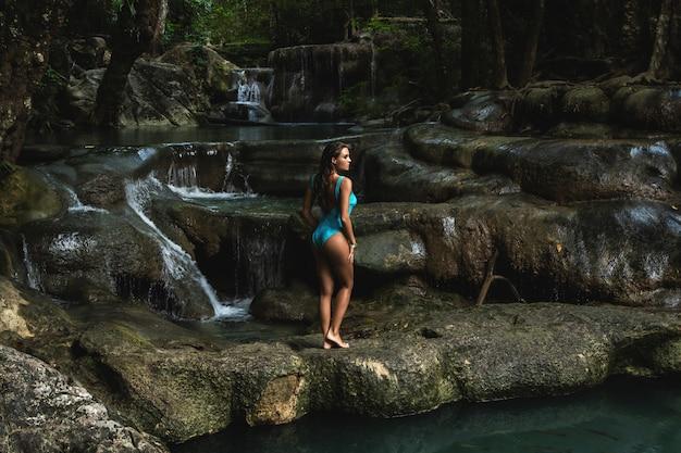 Jeune et femme sur la belle cascade dans la jungle