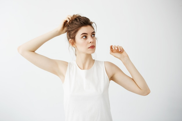 Jeune femme belle correction chignon