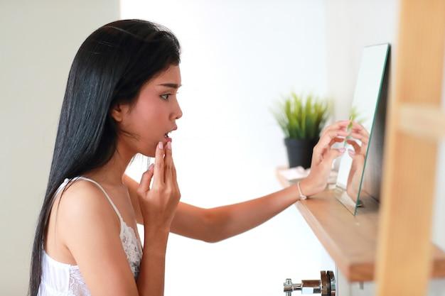 Jeune femme belle et sexy souffrant d'acné