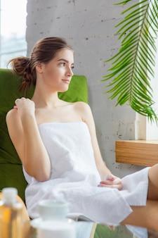 Jeune femme bénéficiant d'une journée au spa