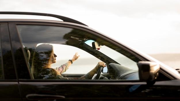 Jeune femme bénéficiant d'un road trip