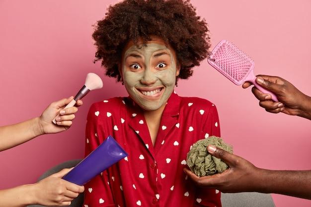 Jeune femme bénéficie d'un spa de beauté à la maison d'implantation en peignoir