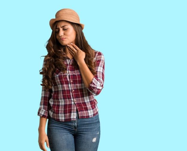 Jeune femme bien roulée touffue, corps entier, malade à cause d'un virus ou d'une infection